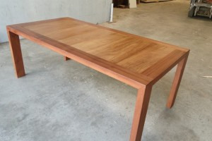 Mesa en iroko y sapeli