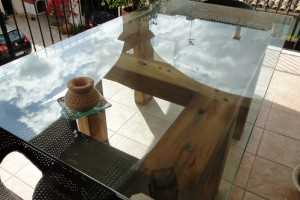 mesa exterior en madera de travesas d tren castaño
