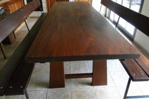 mesa y bancos en madera de iroko 1